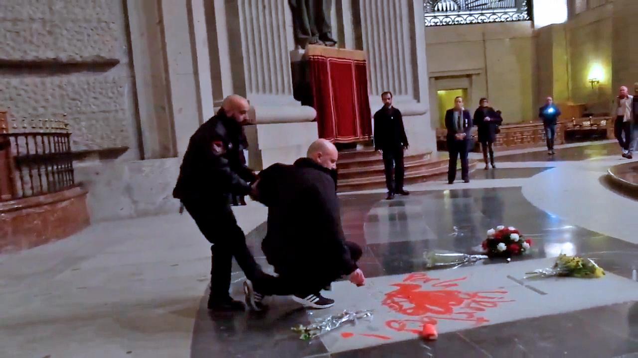 Enrique Tenreiro es interceptado por un vigilante de seguridad del Valle de los Caídos tras pintar la tumba de Franco.