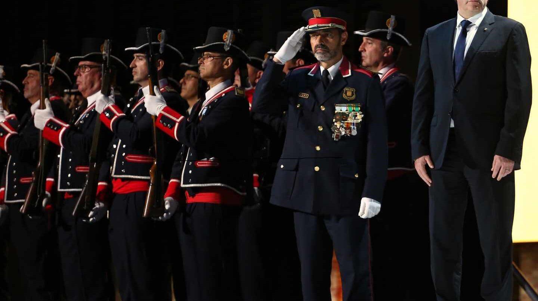 Josep Lluís Trapero, en gesto de saludo junto al ex 'president' Carles Puigdemont en la Diada 2017.
