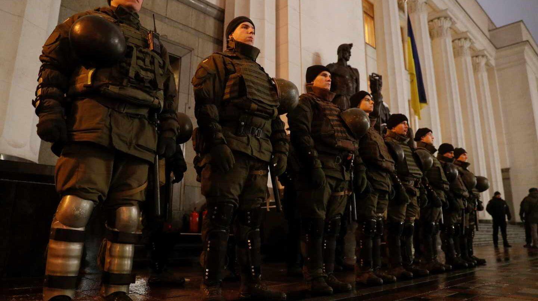 Militares forman frente al Parlamento este lunes, 26 de noviembre, en Kiev.