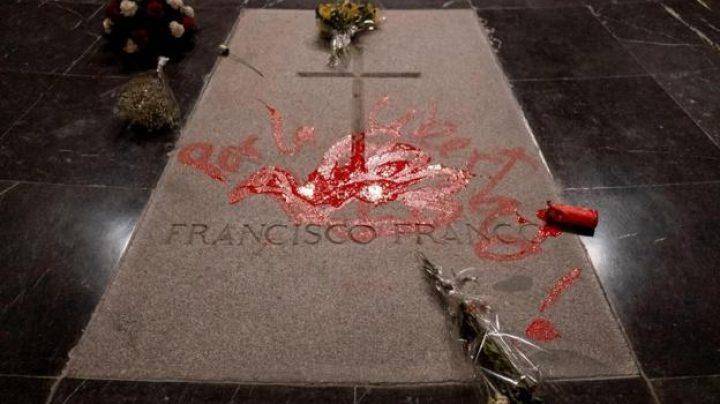 La tumba de Franco en el Valle tras las pintadas del artista Enrique Tenreiro