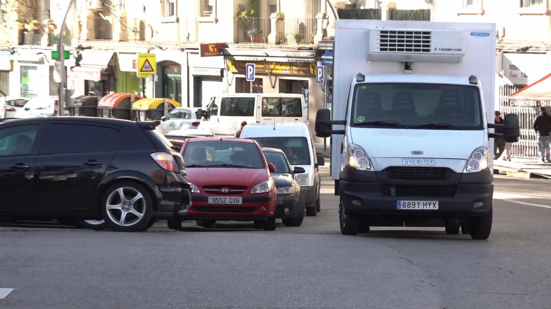 Calles saturadas de coches en el barrio madrileño de Ventas, junto a la M-30.