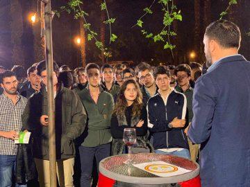 Santiago Abascal conversa con jóvenes en el acto de Vox del viernes en Sevilla.