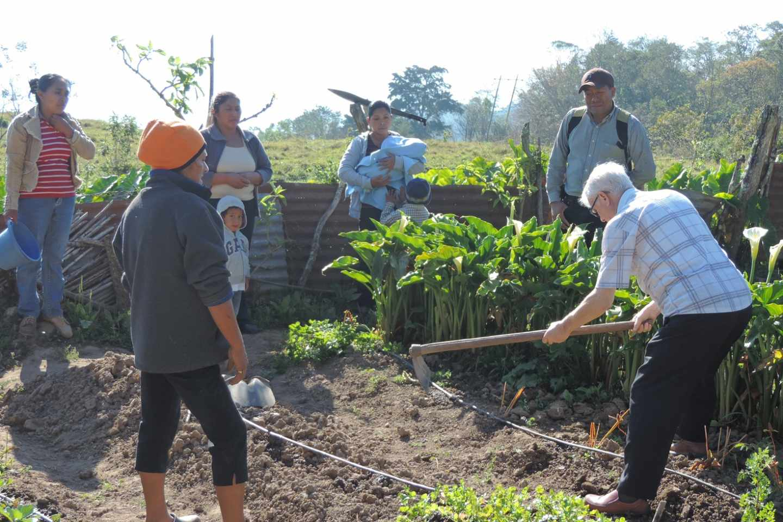 Rafael Pozo, con una de las familias que explotarán un huerto familiar.