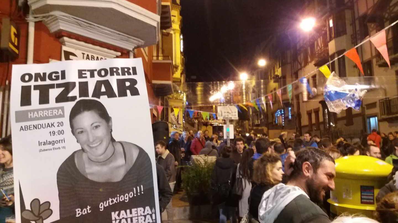 Decenas de personas esperan la llegada de la presa de ETA, Itziar Plaza.