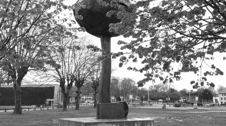 Escultura de Koldobika Jauregi instalada en Bayona (Francia), días después retirada, que conmemora el final de ETA.