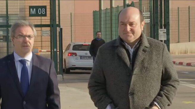 Andoni Ortuzar y Joseba Aurrekoetxea a la salida de la prisión de Lledoners.