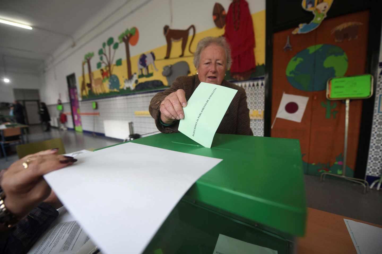 Una mujer deposita su voto en el colegio Colón en Córdoba..