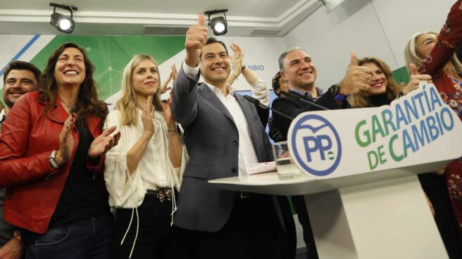 Moreno Bonilla, junto a su mujer y compañeros más cercanos, sonríe en la noche de este domingo tras conocerse el hundimiento del PSOE.