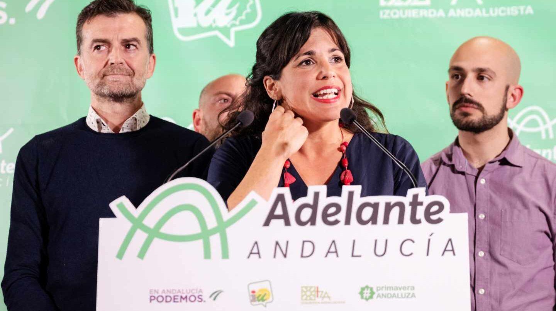 Antonio Maillo, de IU-Andalucía, la candidata de Adelante Andalucía, Teresa Rodríguez, y Pablo Pérez Ganfornina, secretario de Comunicación de Podemos Andalucía.