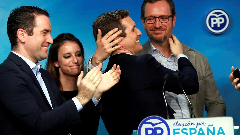 Casado celebrando con su comité ejecutivo los resultados en Andalucía