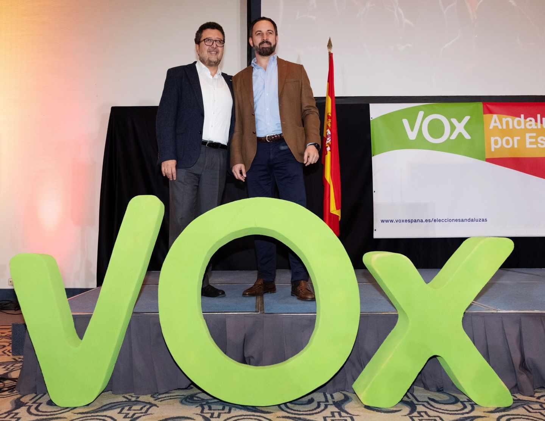 El presidente de Vox, Santiago Abascal, y el candidato a la presidencia de la Junta de Andalucía, Francisco Serrano.