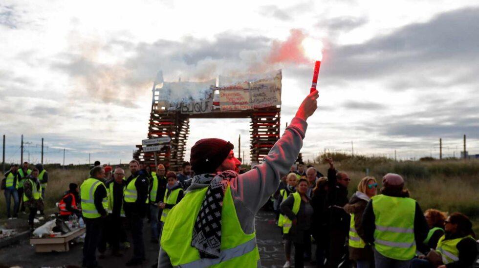 """Manifestantes de los """"chalecos amarillos"""" bloquean el acceso a una refinería de petróleo de Frontignan (Francia)."""