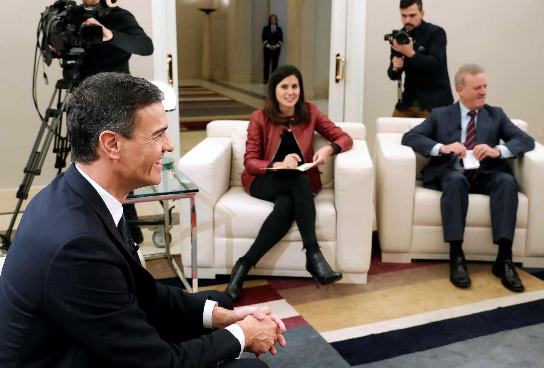El presidente del Gobierno, Pedro Sánchez (d), durante la entrevista con varias televisiones, entre ellas EFETV, con motivo del 40 aniversario de la Constitución.