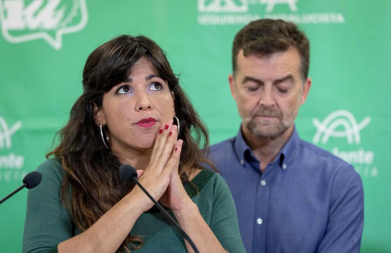 Antonio Maillo, de IU-Andalucía, y la candidata de Adelante Andalucía, Teresa Rodríguez.