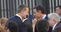 Pedro Sánchez habla con el Rey durante los actos de celebración del 40 aniversario de la Constitución