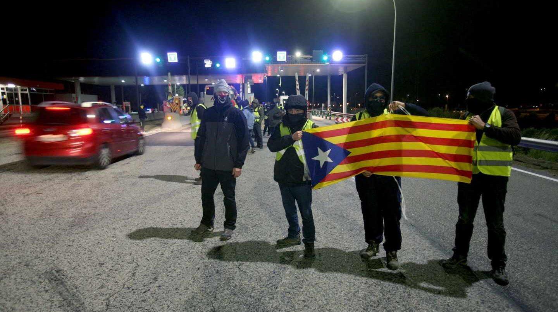 Un grupo de los Comités de Defensa de la República (CDR) levantan las barreras en la salida de la AP-7 en el peaje de L'Hospitalet de L'Infant, coincidiendo con las horas centrales de la operación retorno por el puente de la Constitución.