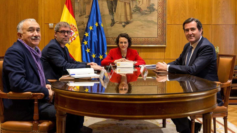 La ministra de Trabajo, Magdalena Valerio, junto a los secretarios generales de UGT y CCOO, Pepe Álvarez y Unai Sordo, y el presidente de CEOE, Antonio Garamendi.