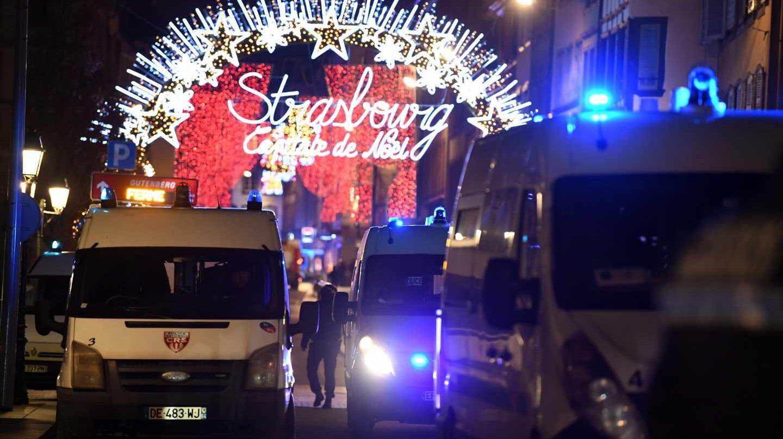 Vehículos policiales en el centro de Estrasburgo.