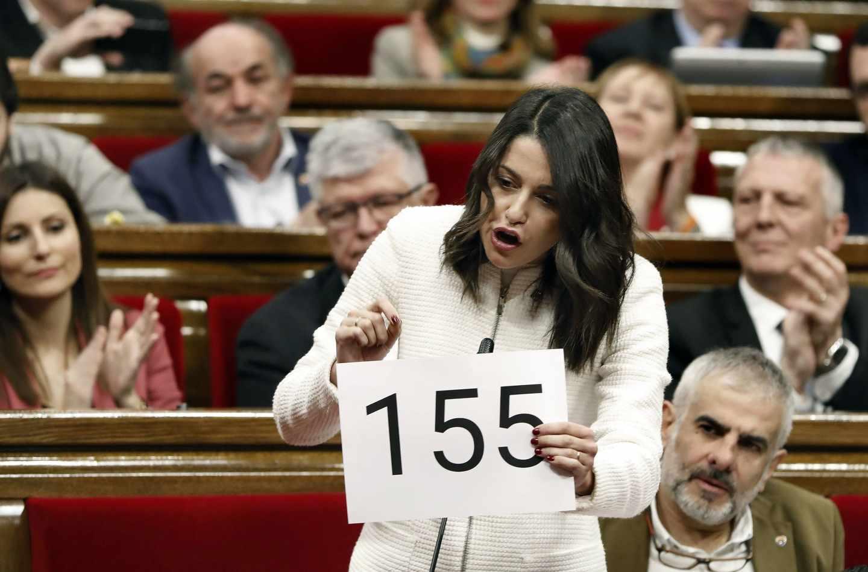 Inés Arrimadas enseña un cartel del 155 en el Parlament.