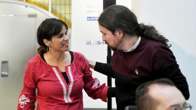 El líder de Podemos, Pablo Iglesias (d) y la coordinadora general de Podemos Andalucía, Teresa Rodríguez.