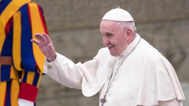 El Papa Francisco saluda en El Vaticano.