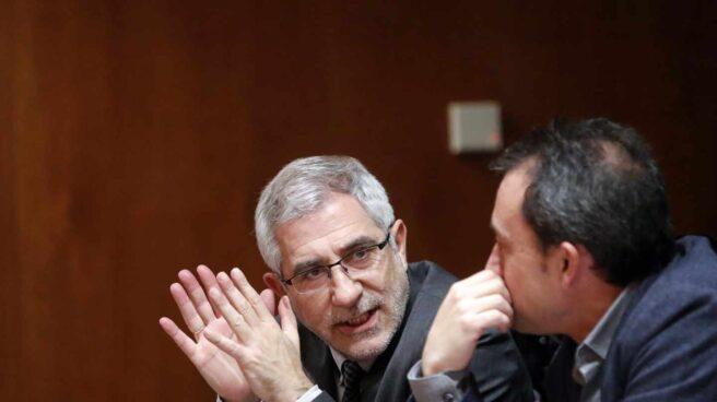 El líder de Izquierda Abierta, Gaspar Llamazares (i), conversa con el diputado de la coalición Ovidio Zapico (d).