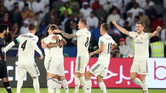 Los jugadores del Real Madrid felicitan a Modric en la final del Mundial de Clubes.