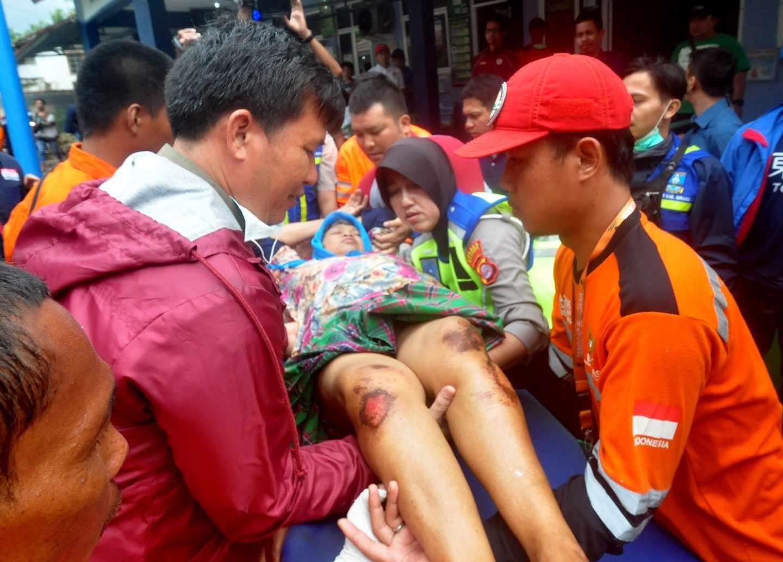 Un herido en Anyer por el tsunami de Indonesia.