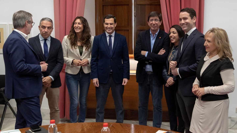 Los equipos negociadores del PP y de Ciudadanos, en el Parlamento andaluz.
