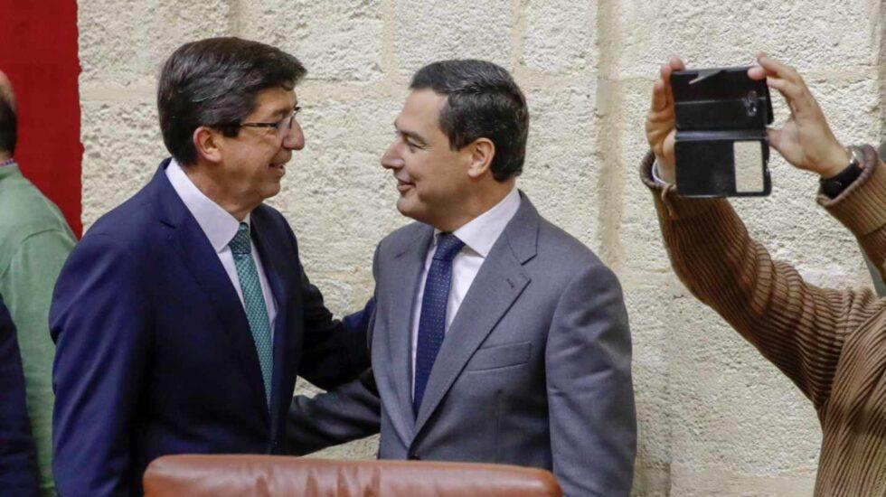 Juan Marín saluda a Juan Manuel Moreno Bonilla este jueves en el Parlamento.