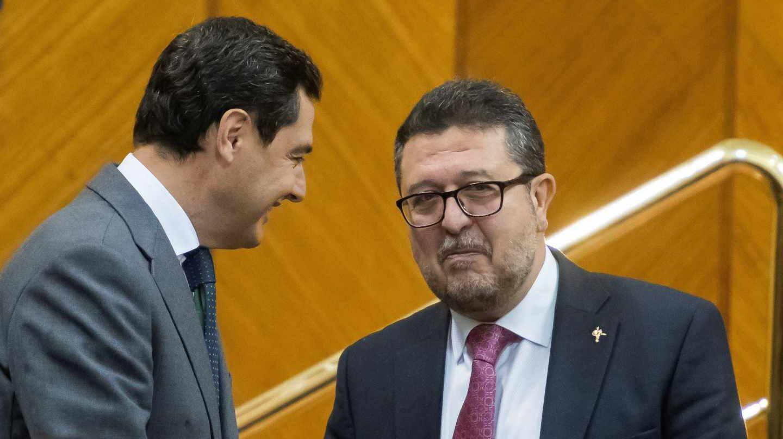 Juan Manuel Moreno saluda a Francisco Serrano este jueves en el salón de plenos del Parlamento andaluz.