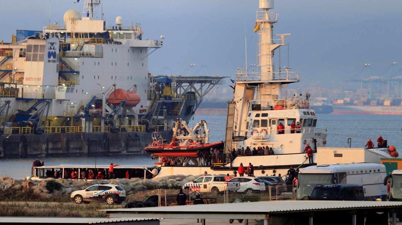 El buque Open Arms a su llegada al puerto de Crinavis de San Roque, en la Bahía de Algeciras (Cádiz).
