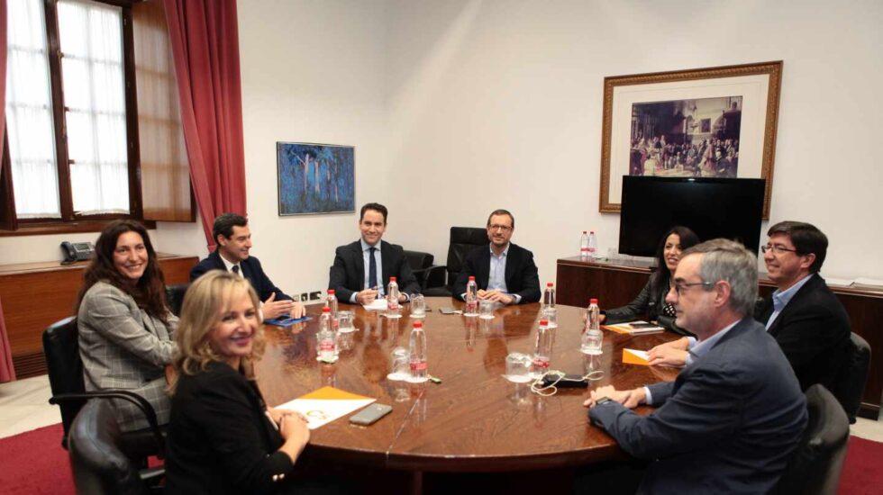 Reunión del PP y Ciudadanos en Sevilla para formar gobierno en Andalucía.
