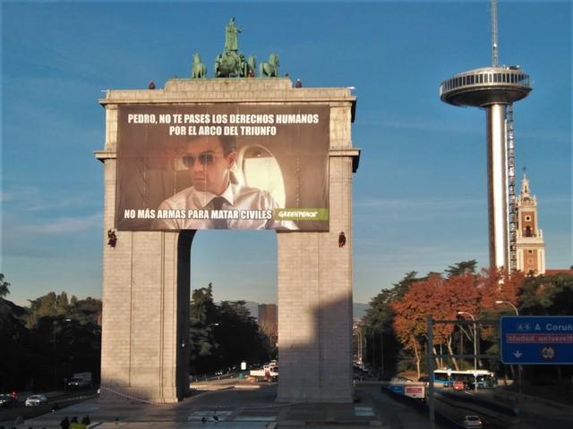 Pancarta de Greenpeace en el Arco de Triunfo de Madrid.