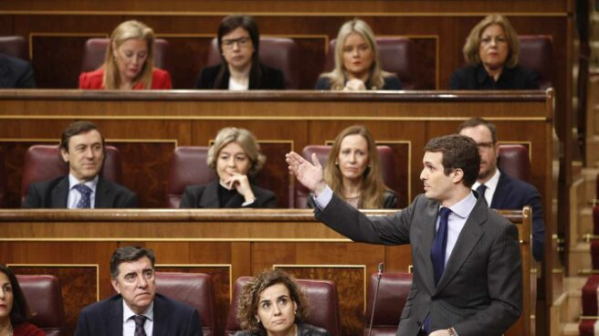 Pablo Casado pregunta desde su escaño en el Congreso.