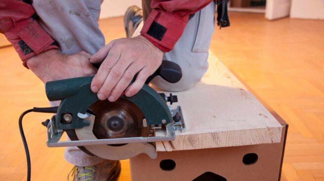 Trabajador autónomo en una carpintería.