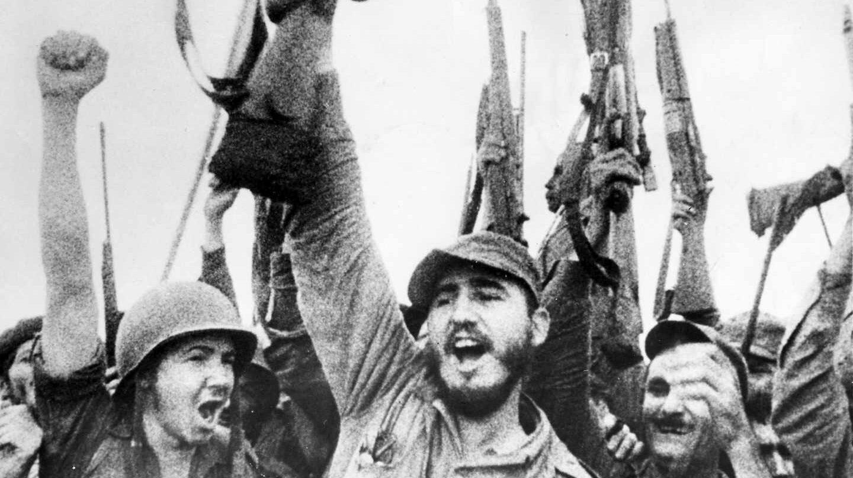 Fidel Castro y su hermano Raúl celebran el éxito de la Revolución a inicios de 1959.
