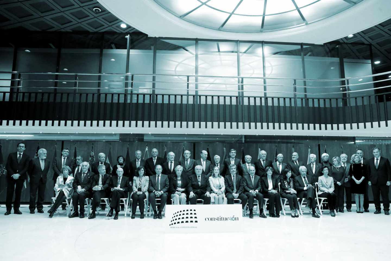 Foto de familia del acto conmemorativo del cuarenta aniversario de la Constitución al que asisten los padres de la Carta Magna.