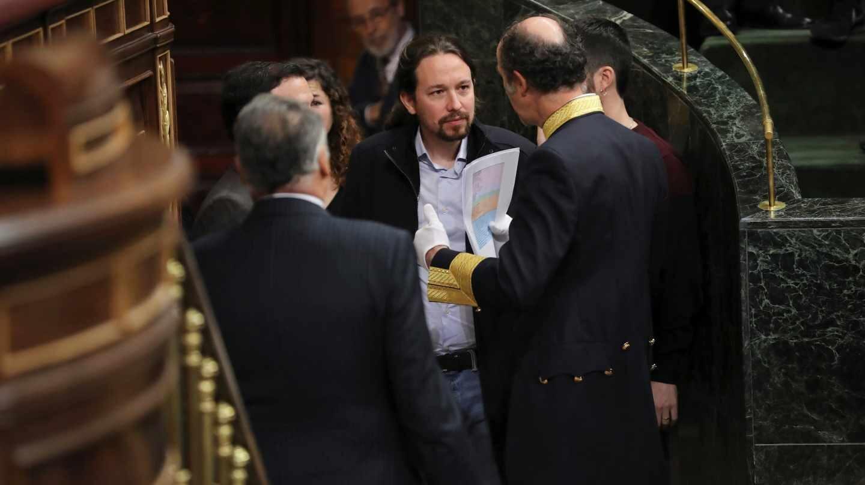 El líder de la formación morada Podemos, Pablo Iglesias, a su llegada al hemiciclo del Congreso de los Diputados, en el que se celebra esta mañana la solemne conmemoración del 40 aniversario de la Constitución, un 6 de diciembre en que coinciden, de forma excepcional, el actual jefe del Estado con el anterior monarca y la heredera de la Corona