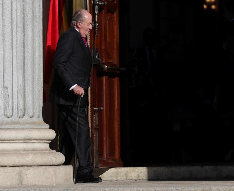 El Rey emérito Juan Carlos I, en el exterior del Congreso de los Diputados, en el que se celebra esta mañana la solemne conmemoración del 40 aniversario de la Constitución, un 6 de diciembre en que coinciden, de forma excepcional, el actual jefe del Estado con el anterior monarca y la heredera de la Corona.