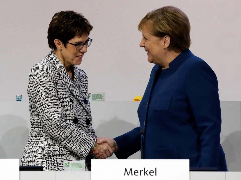 Kramp-Karrenbauer saluda a Merkel en el congreso de Hamburgo