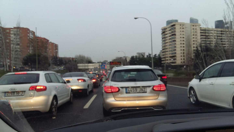 Atasco de coches en la M30 de Madrid.