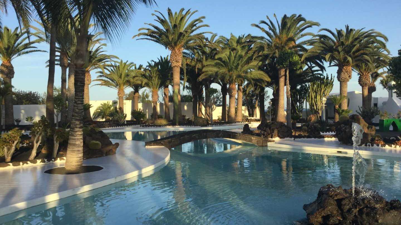 Pisicina y jardines de la residencia real La Mareta, en Costa Teguise (Lanzarote).