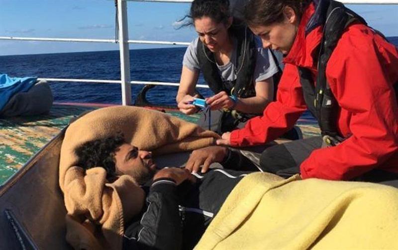 """El barco de rescate """"Open Arms"""" prestando ayuda médica a los rescatados por el pesquero """"Madre Loreto"""""""