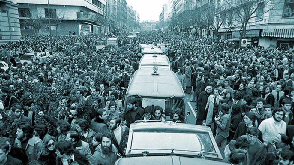 Cortejo fúnebre de los asesinados en la matanza de Atocha, en 1977.