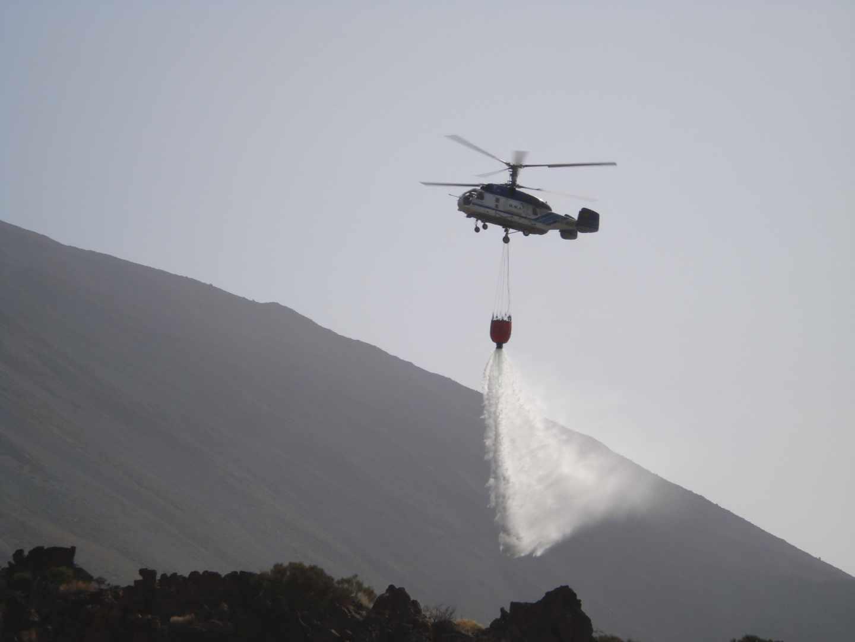 Un helicóptero, en plena labor de extinción.