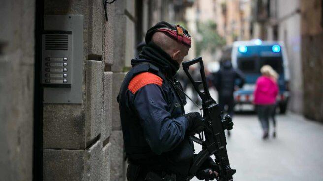 Un agente de los Mossos, en una operación en Barcelona.
