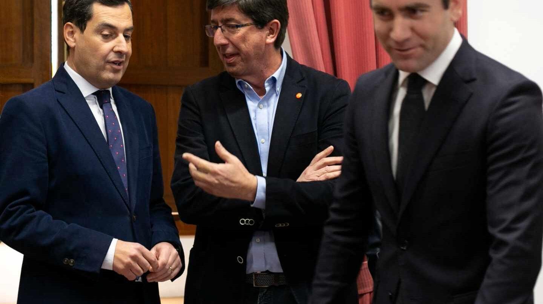 Juan Manuel Moreno habla este miércoles con Juan Marín en presencia de Teodoro García Egea.