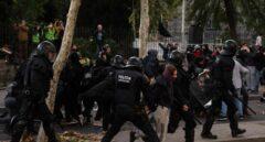 Los mossos repelen las protestas en Barcelona.