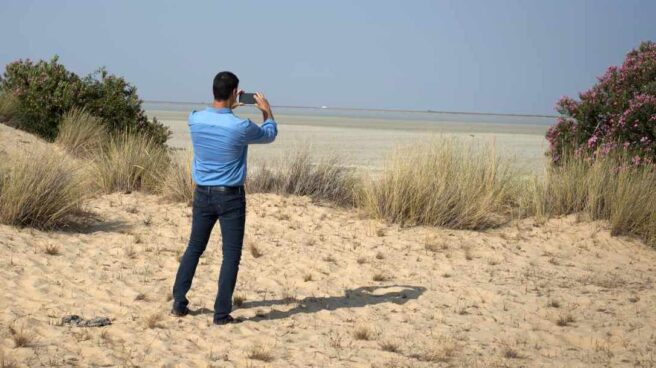 El presidente del Gobierno, Pedro Sánchez, toma una fotografía con su móvil en Doñana hace dos años.